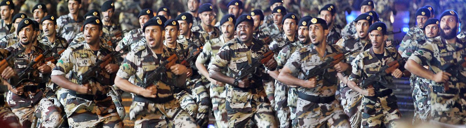 Das Militär von Saudi Arabien auf einer Militärparade im Oktober 2013.