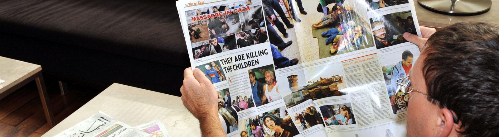 """Ein europäischer Tourist liest am Dienstag (06.01.2009) in Dubai in einer Hotellobby die englischsprachige Zeitung """"Gulf News"""". In dieser Zeitung werden auf einer Doppelseite Fotos verletzte palästinesische Kinder aus dem Gaza-Krieg gezeigt."""