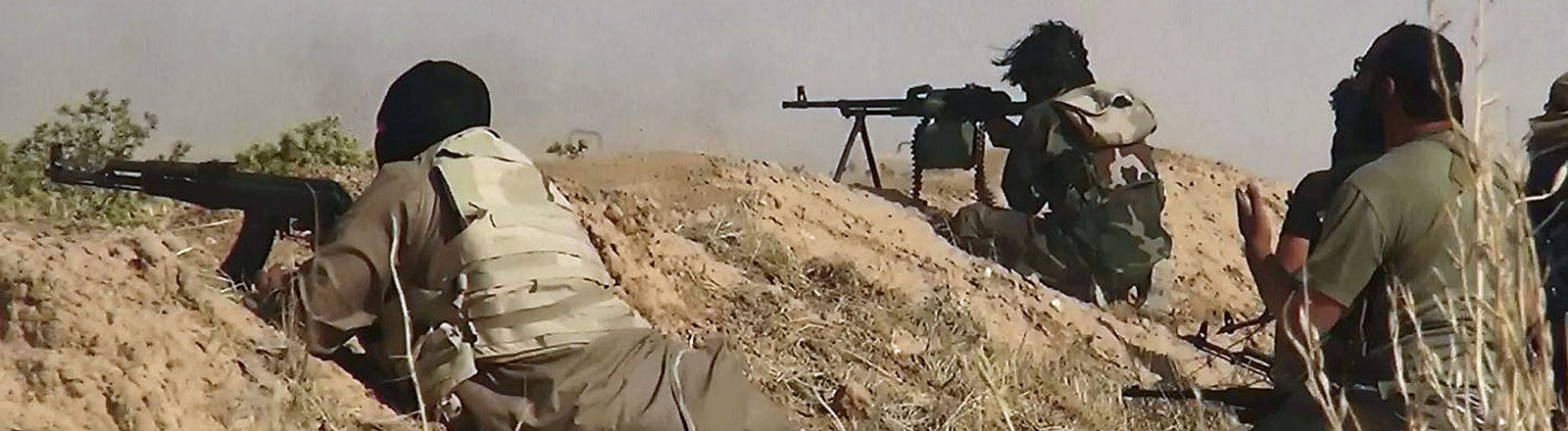 """Kämpfer des """"Islamischen Staates"""" - ein Foto, das die Dschihadisten-Gruppe """"Albaraka"""" über ihren Twitter-Account verbreitet hat."""