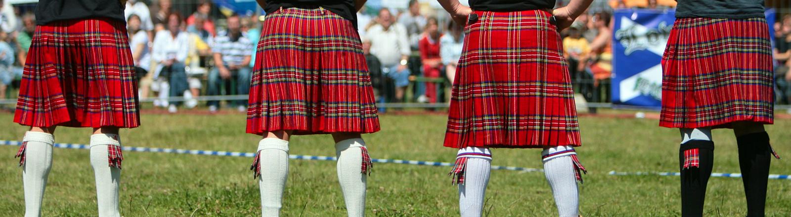 Teilnehmer im traditionellen Kilt warten bei den 1. Highlander-Festspielen in Fürstenwalde auf ihren Auftritt.