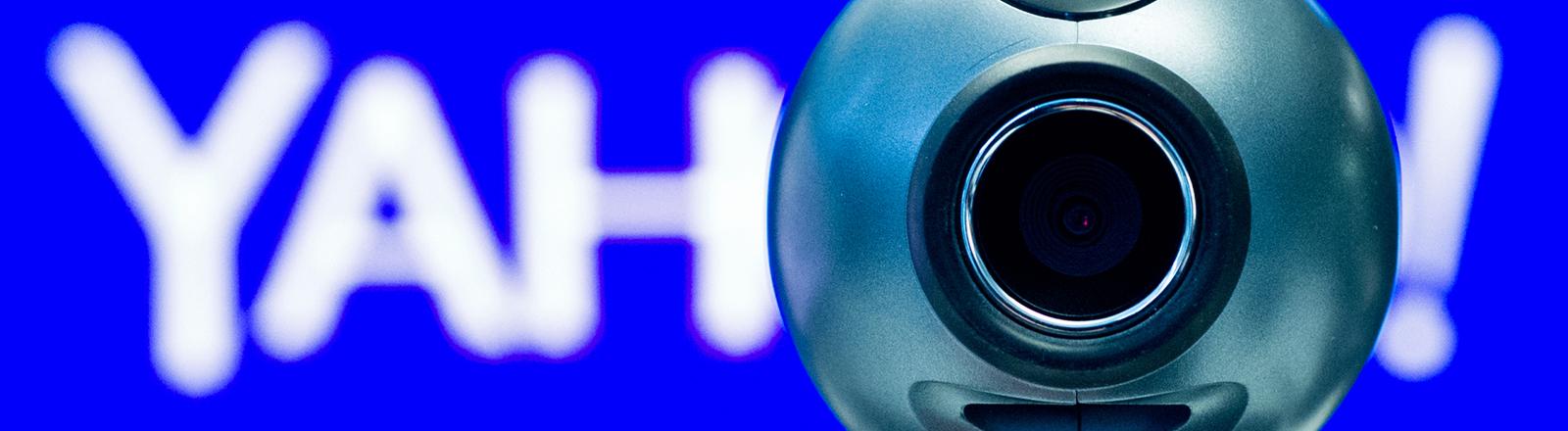 Eine Webcam steht am 28.02.2014 in Berlin vor dem Logo vom Internetunternehmen Yahoo (dpa).