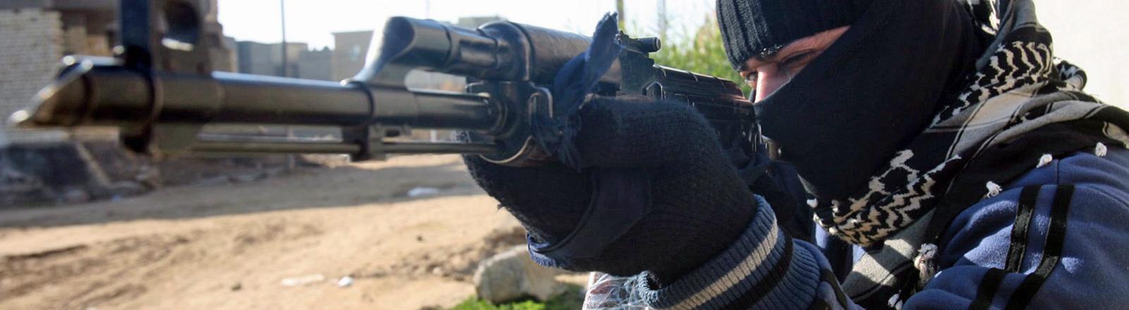 Ein sunnitischer Schütze zielt mit seinem Sturmgewehr.