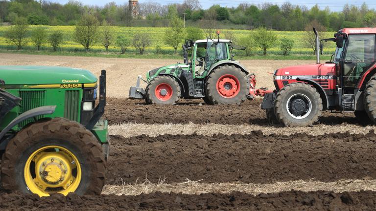 Landwirtschaftliche Traktorengespanne sind am 10.04.2014 beim Regionalentscheid des Landes Sachsen-Anhalt im Leistungspflügen auf einem Feld in Niederndodeleben (Sachsen-Anhalt) im Einsatz (dpa).