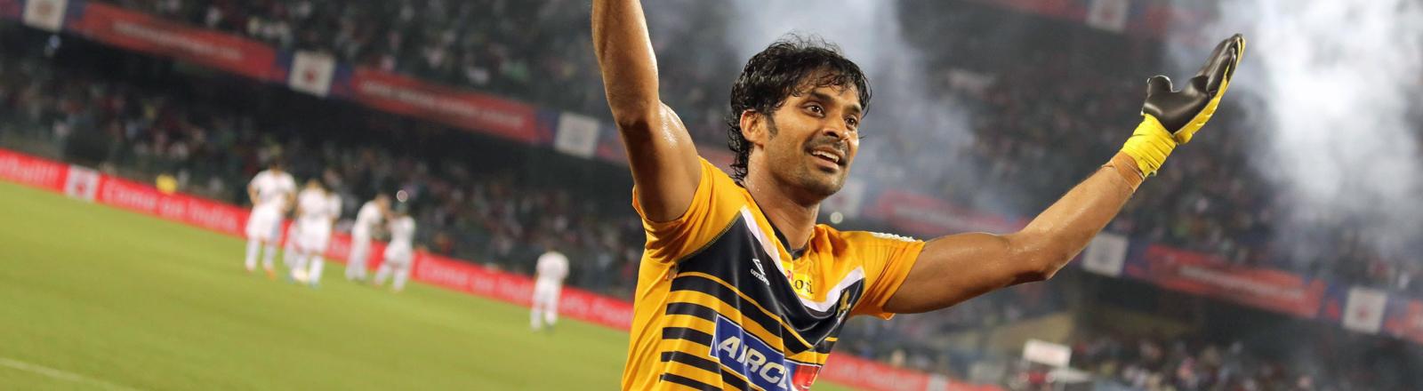 Suvasish Roychowdhury feiert am 12.10.2014 den Sieg seines Team  Atlético de Kolkota gegen Mumbai City.