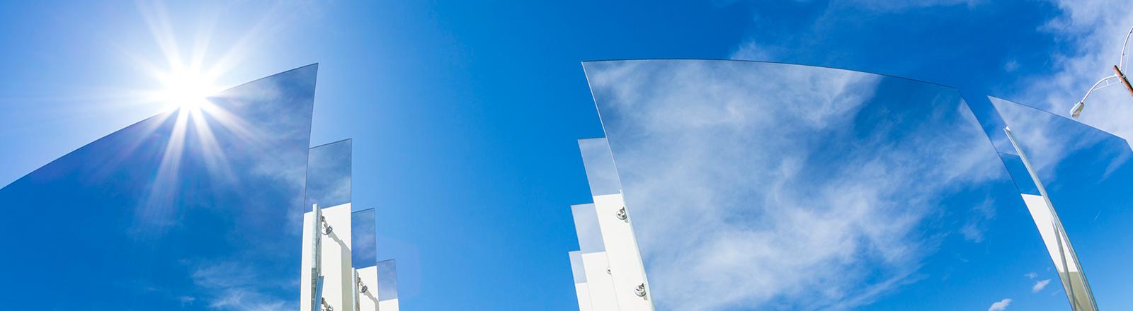 Strahlend blaue Solarpanel reflektieren den Himmel auf einer Anlage in Ivanpah.
