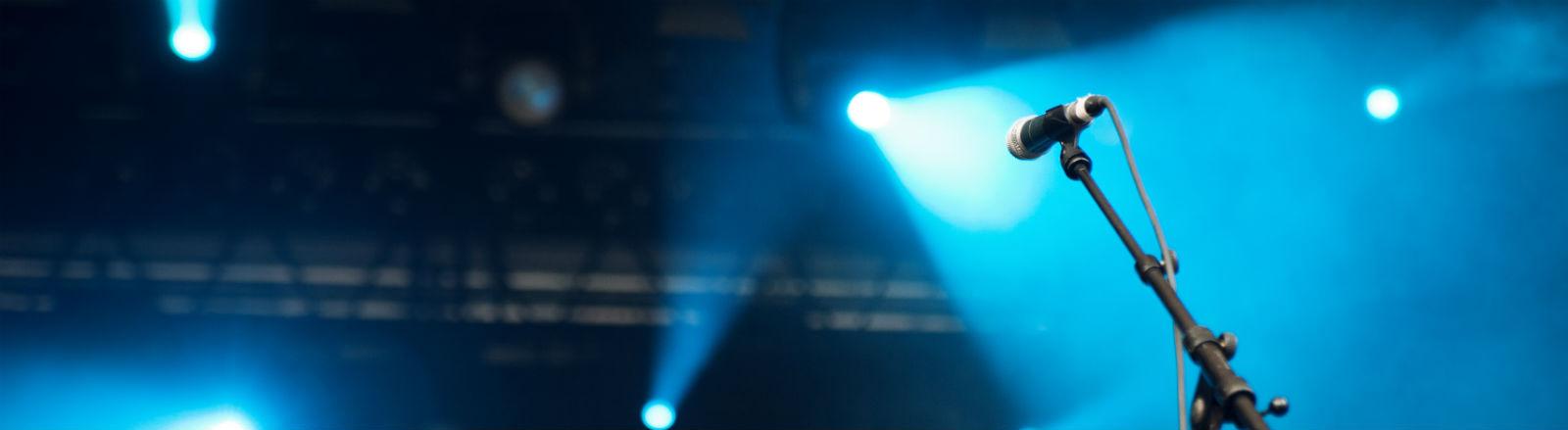 Ein Mikro auf einer Bühne.