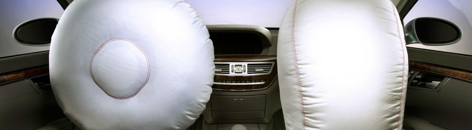 Zwei aufgepustete Airbags in einem Fahrzeug. Bild: dpa