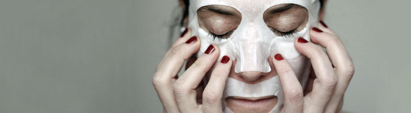 Frau mit abgeklebtem Gesicht