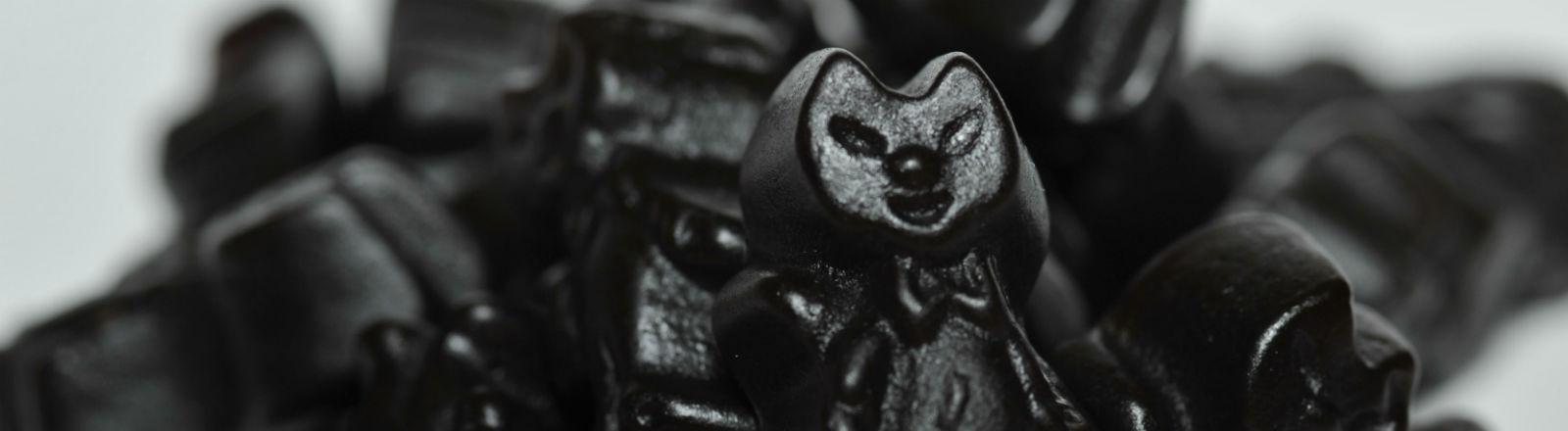 Lakritze liegen auf einem Haufen, eins davon in Form einer Katze. Bild: dpa