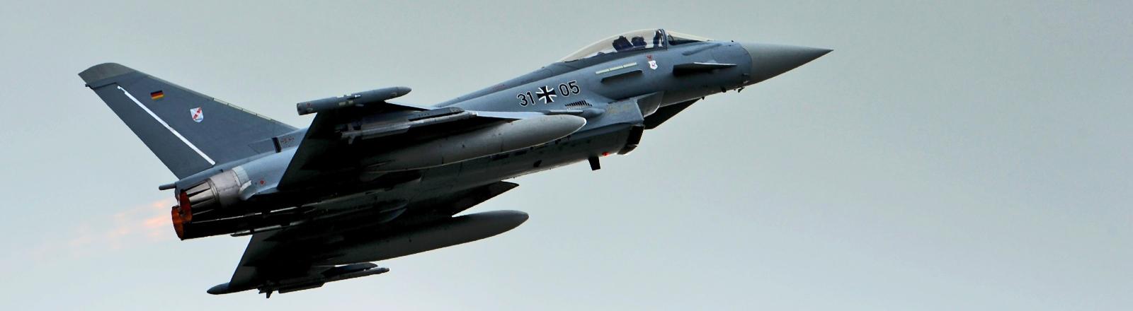 Ein Eurofighter-Abfangjäger der Alarmrotte startet am 13.05.2014 auf den Flugplatz der Luftwaffe in Wittmund zu einem Demonstrationsflug für die Bundesverteidigungsministerin.