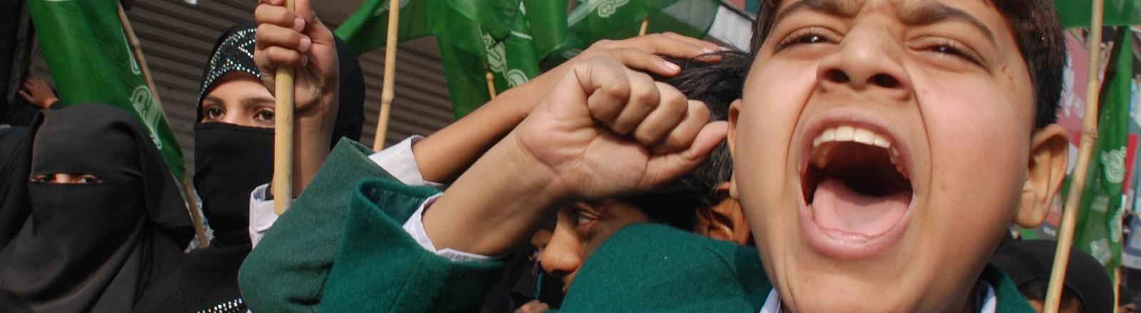 Ein pakistanischer Schüler schreit am 17.12.2014 vor Zorn und Trauer nach einem Taliban-Anschlag auf eine Schule.