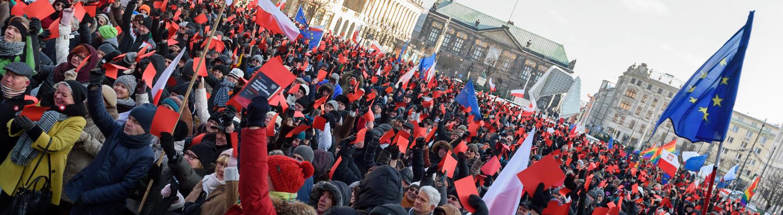 Menschen in Polen demonstrieren in Poznan am 02.02.2016 und zeigen die Rote Karte.