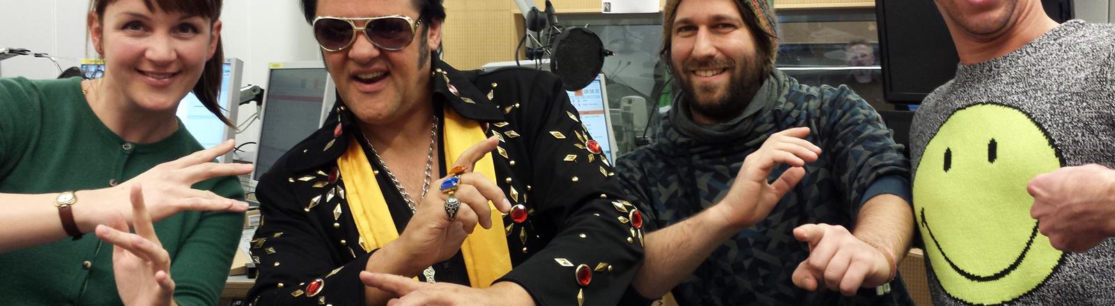 Schaum oder Haase lässt mit Elvis-Double Phil Dexter die Hüften kreisen.