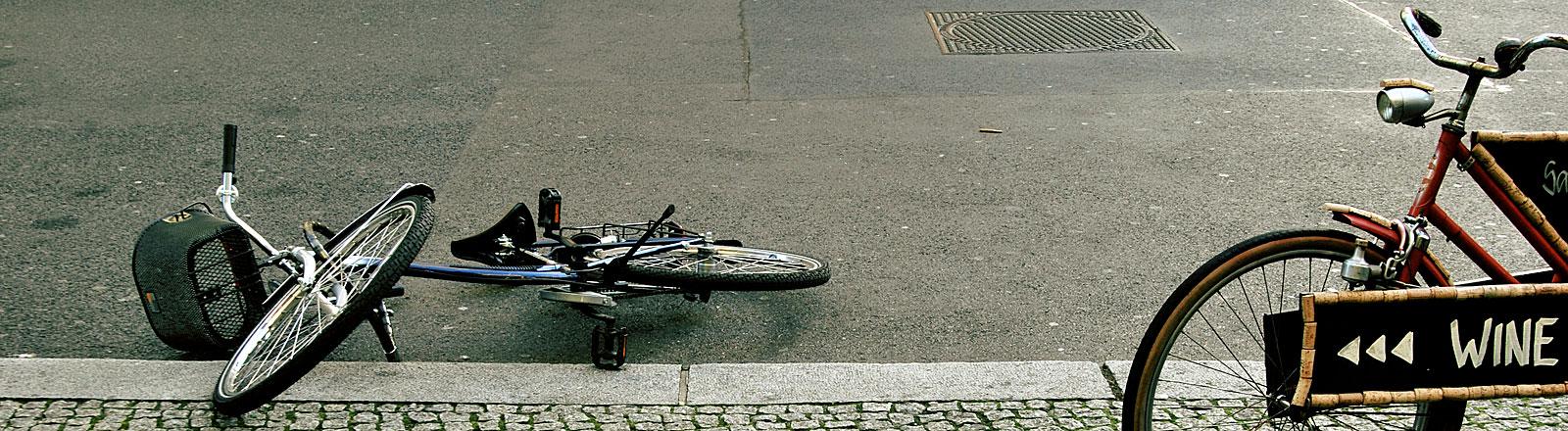 Zwei Fahrräder, eins umgefallen, Aufschrift WINE