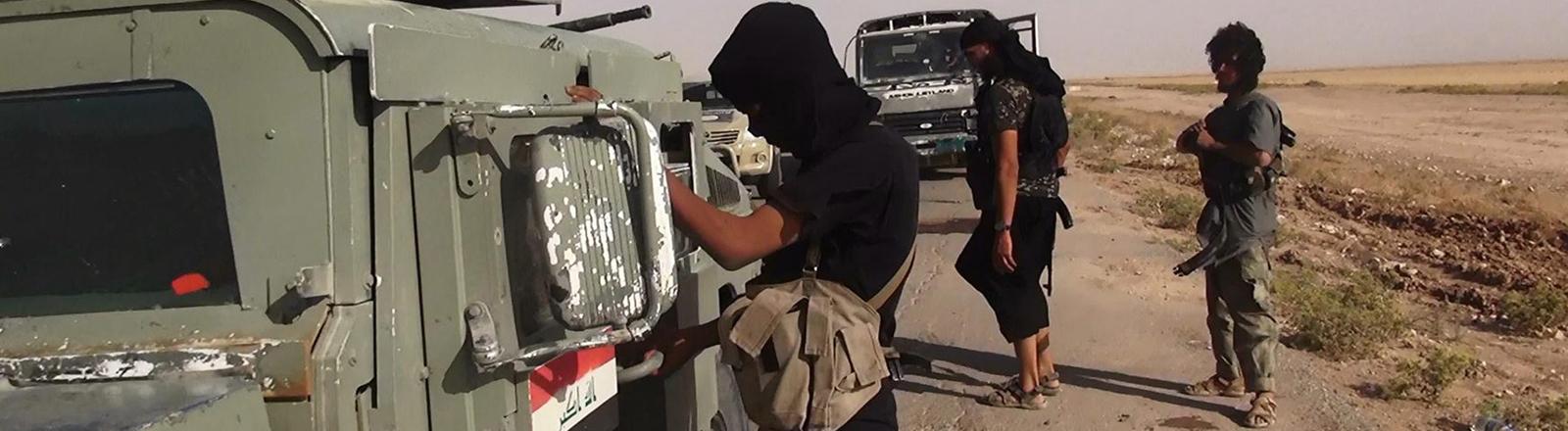 Das Foto zeigt angeblich ISIS-Kämpfer zwischen Syrien und Irak, im Juni 2014. Echtheit nicht eindeutig geprüft.