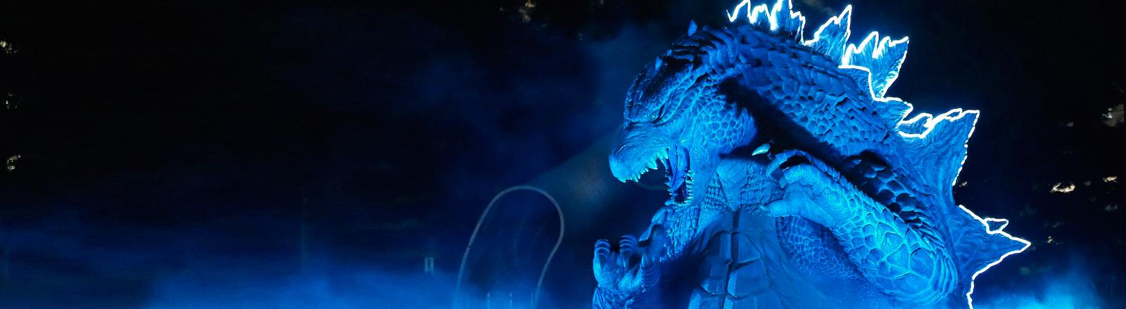Am 17.7.2014 terrorisiert eine Godzilla-Statue einen Stadtteil von Tokio.
