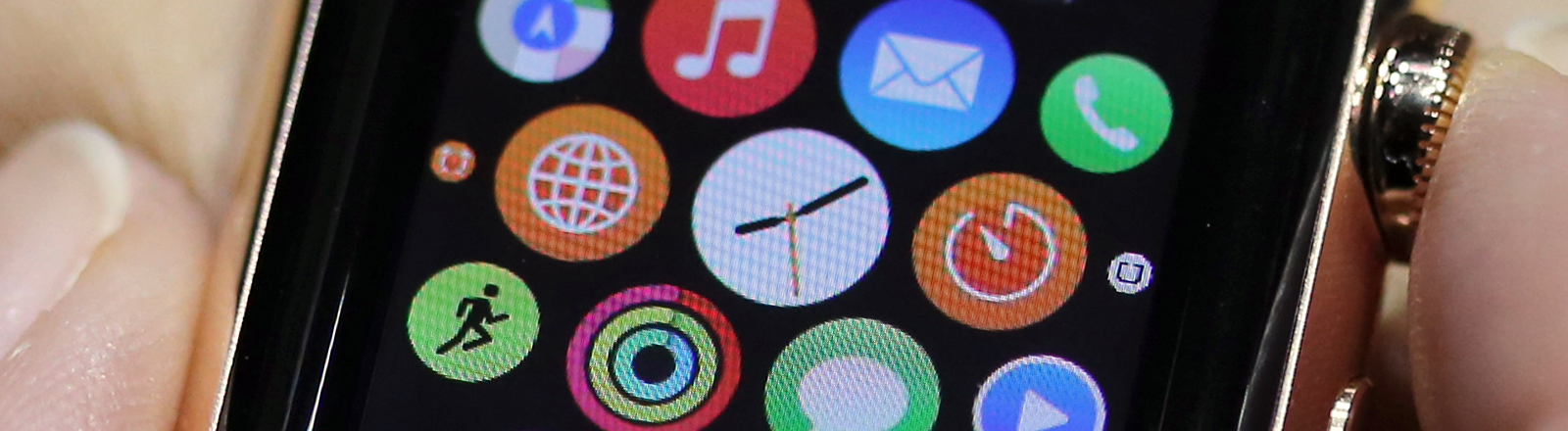 Journalisten testen im Apple Store in Berlin am 09.03.2015 die neue Computeruhr des Herstellers, die sogenannte Apple Watch.
