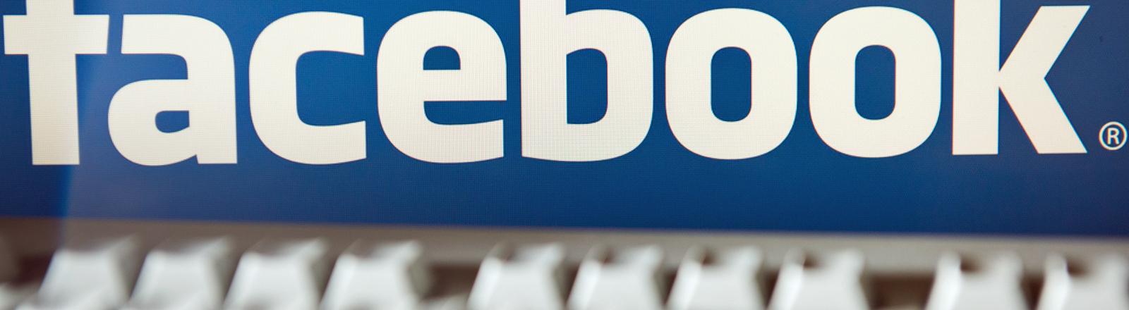 Der Facebook-Schriftzug auf einer Tastatur.
