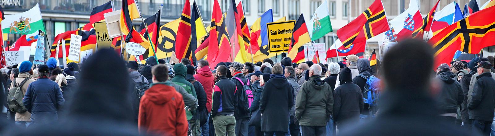 Anhänger des islamkritischen Pegida-Bündnisses demonstrieren am 23.03.2015 in Dresden.