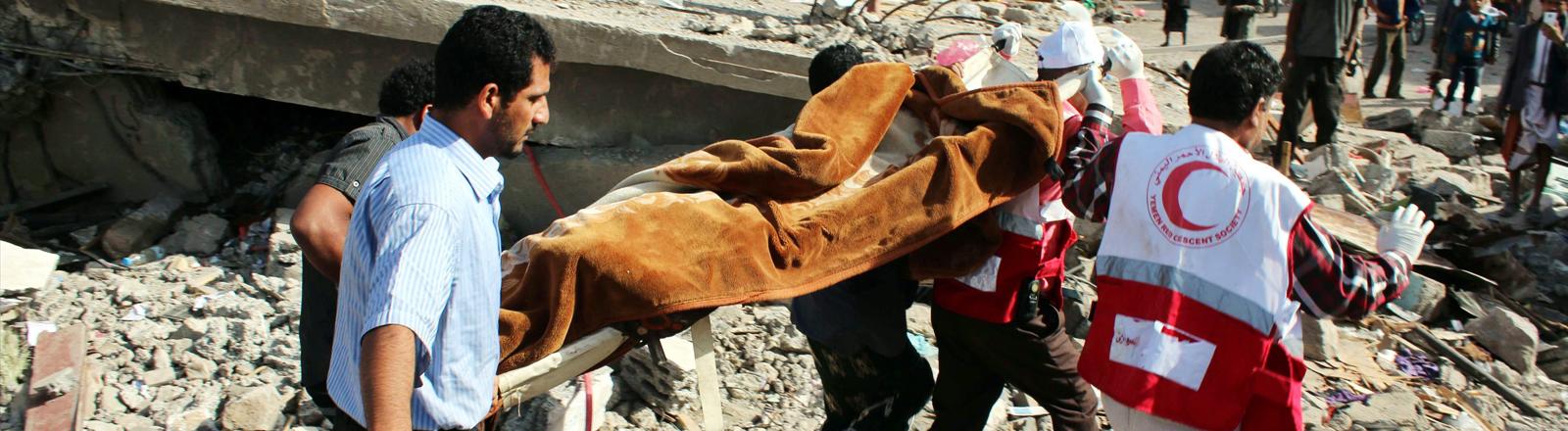 Helfer nach einem Luftangriff auf die jeminitische Stadt Ibb am 13.04.2015.