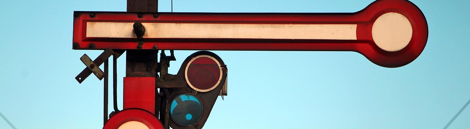 Bahnsignal steht auf Rot = Halt.