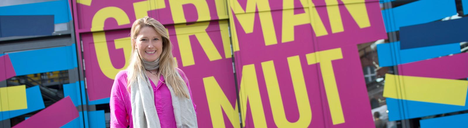 """Lencke Steiner steht vor einem vor einem Plakat mit dem Slogan """"German Mut""""; Bild: dpa"""