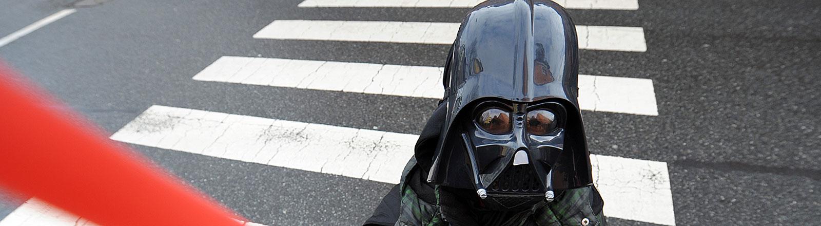 Junge, als Darth Vader verkleidet