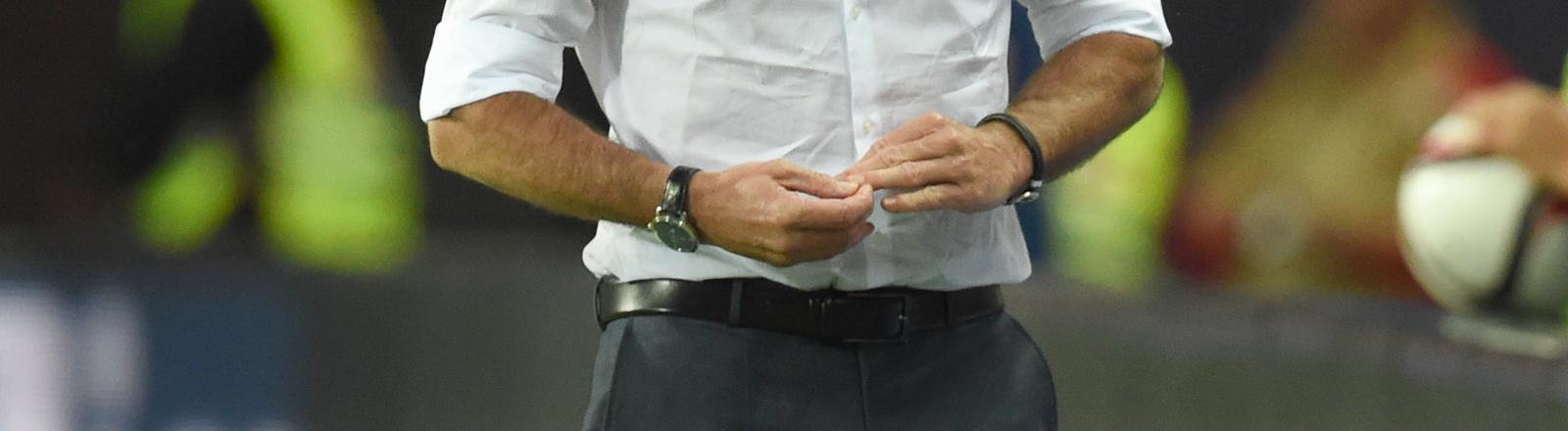 Jogi Löw knibbelt an den Fingernägeln