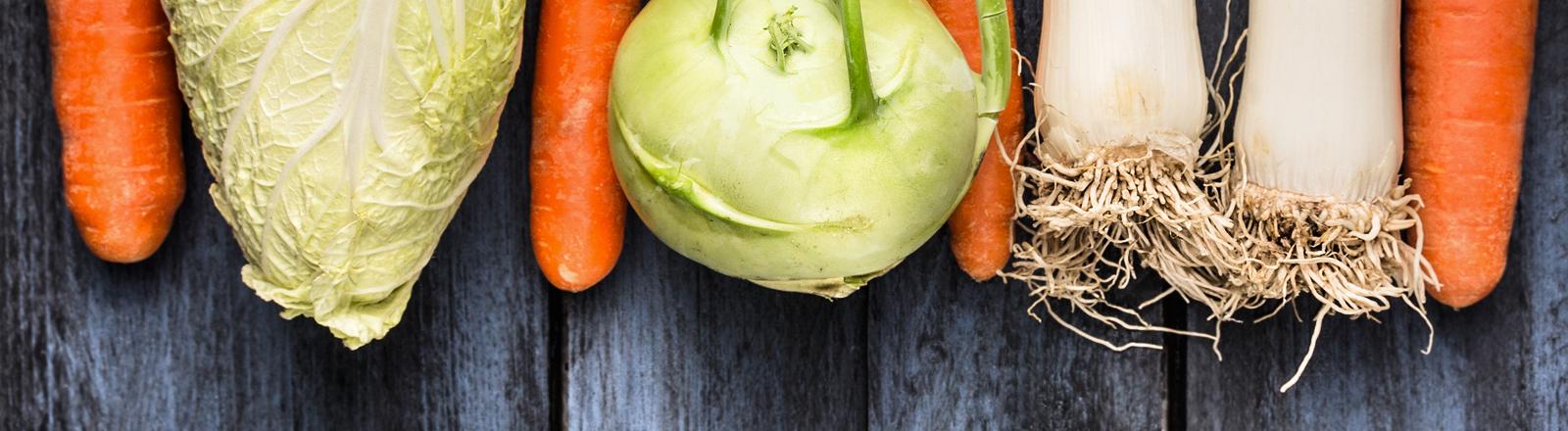 Gemüse auf Holztisch