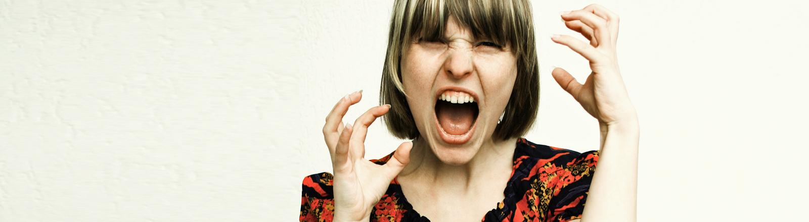 Eine Frau kreischt genervt.