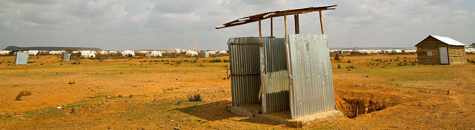 Eine Latrine steht am 29.11.2012 in der Landschaft des Flüchtlingslager Kobe in Dolo Ado, Äthiopien.