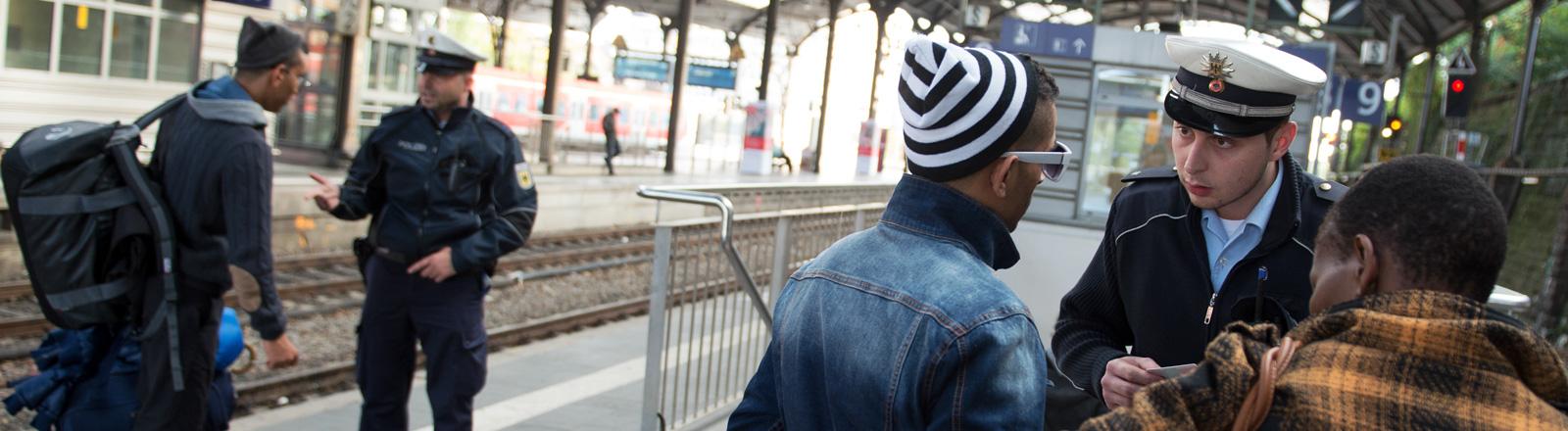 Zwei Bundespolizisten kontrollieren am Hauptbahnhof Aachen; Bild: dpa