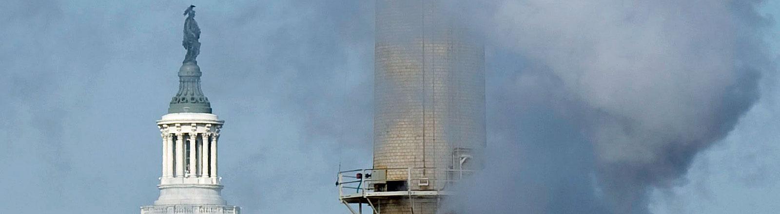 Der Rauch eines Kohlekraftwerkes kommt vor der Kulisse des Capitol in Washington (USA) aus einem Schornstein.