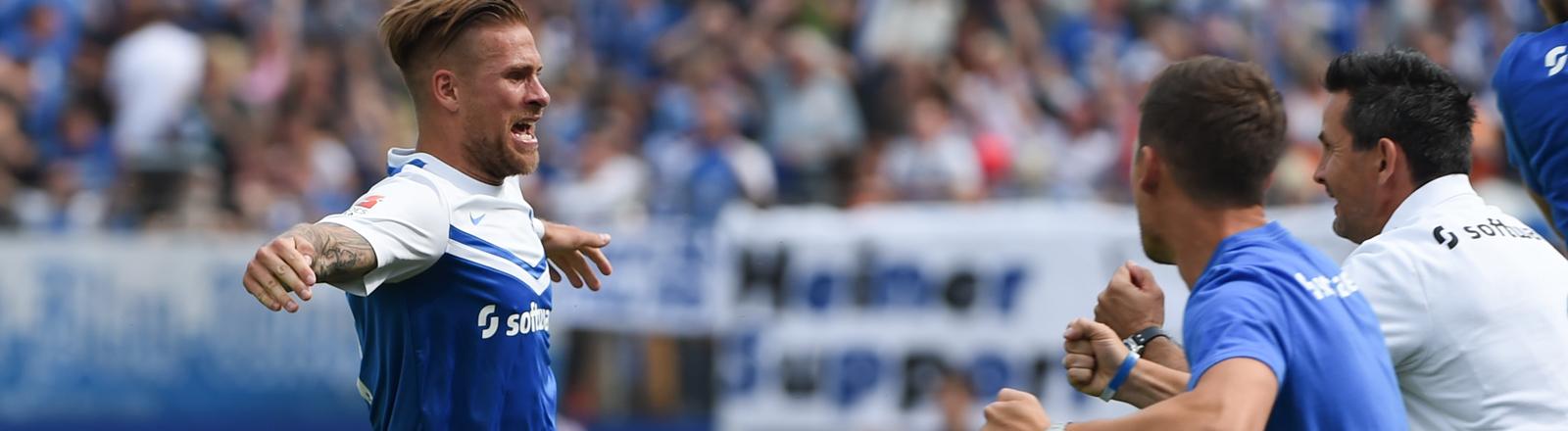 SV Darmstadt 98 - FC St. Pauli am 24.05.2015 im Merck-Stadion am Böllenfalltor in Darmstadt. Darmstadts Tobias Kempe (l) jubelt nach seinem Tor zum 1:0 mit Trainer Dirk Schuster (r).