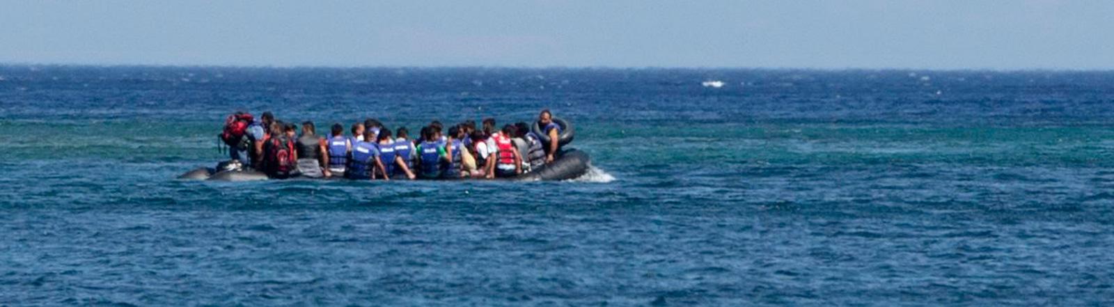 Ein Boot mit Flüchtlingen auf dem Meer nahe der türkischen Küste vor Behramkale; Bild: dpa