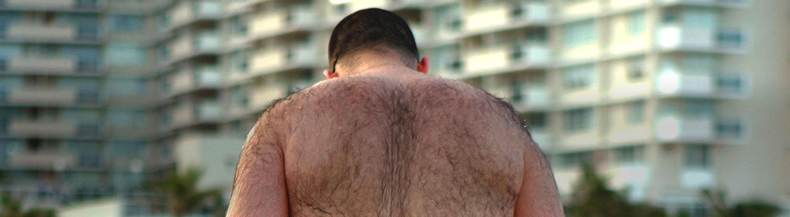 Ein Mann mit Rückenhaaren