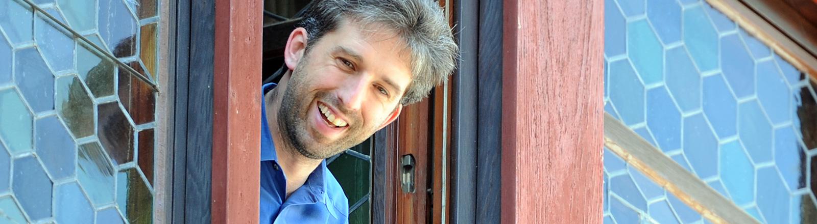 Boris Palmer schaut aus einem Fenster; Bild: dpa