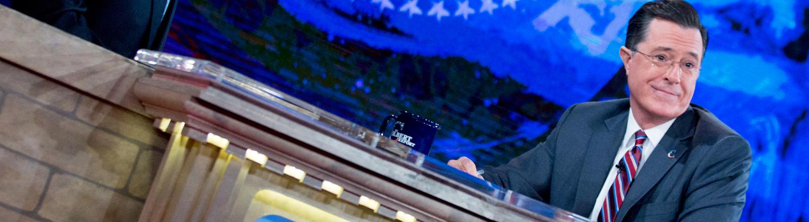 """Stephen Colbert als Moderator in seiner Show """"The Colbert Report""""."""