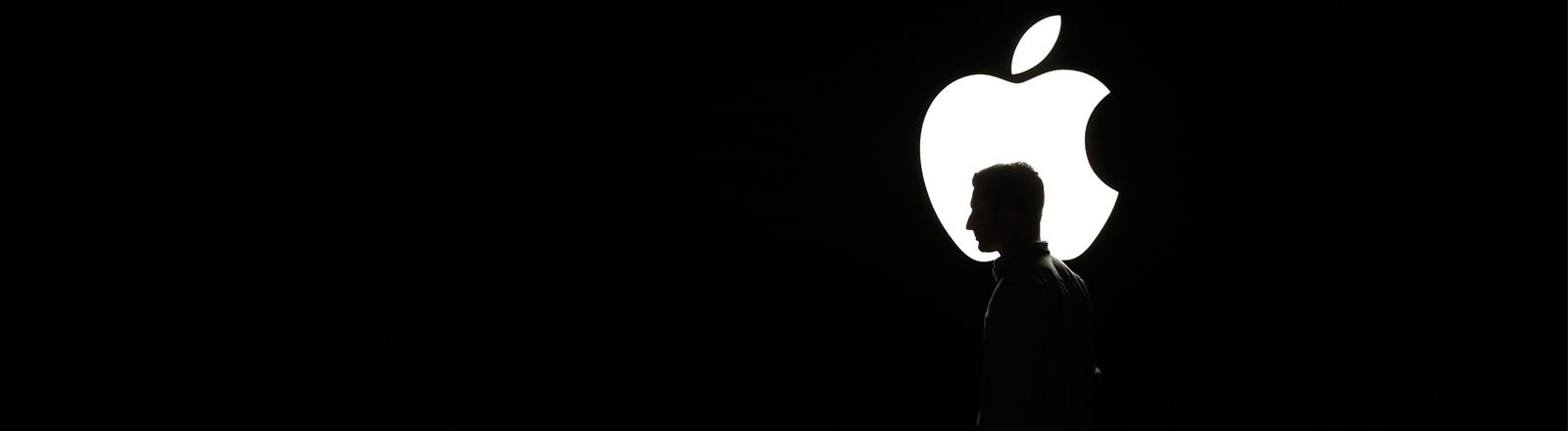 Auf der Apple-Keynote am 09.09.2015 läuft ein Mann vor dem Firmenlogo.