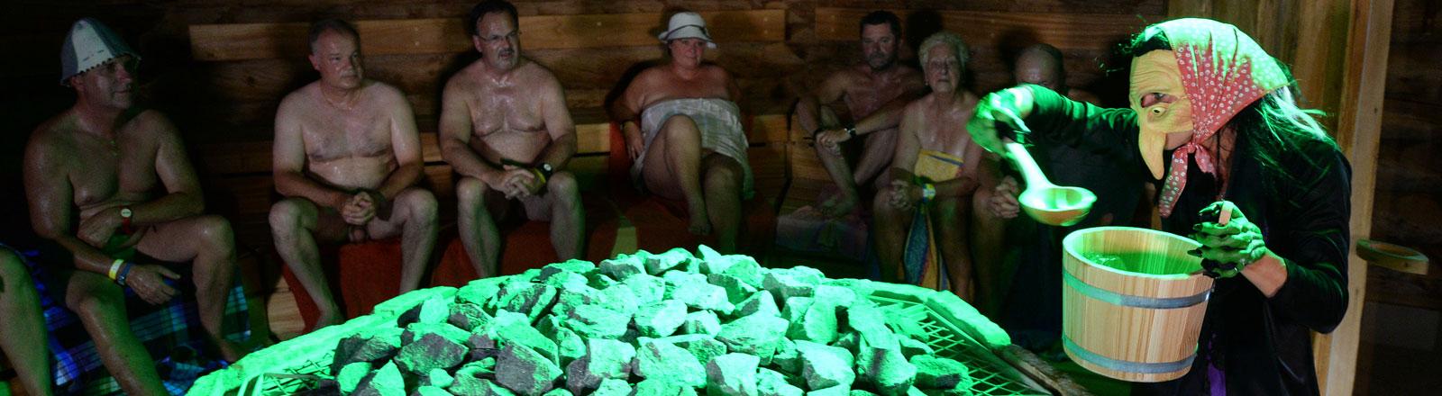 Show-Aufguss im Hexenkostüm in der Sauna