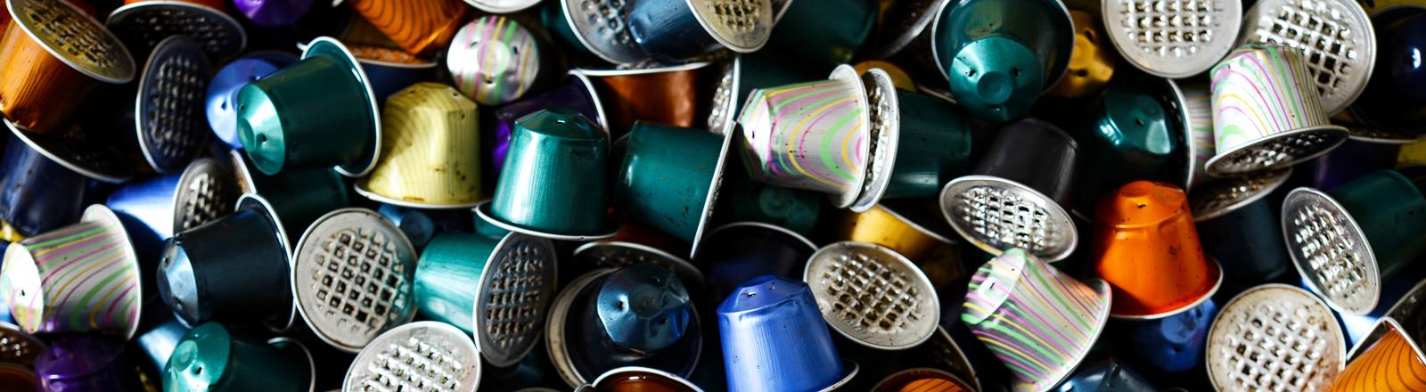 Hunderte gebrauchte Kaffee-Kapseln der Marke Nespresso von Nestlé.
