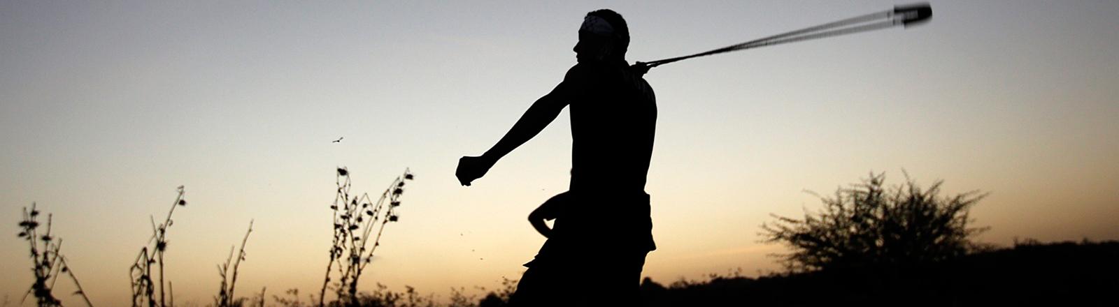 Bei Zusammenstößen mit dem israelischen Militär an der Grenze des Gaza-Streifens benutzt ein palästinensischer Jugendlicher am 14.10.2015 eine Steinschleuder.