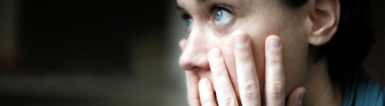 Eine Frau schaut besorgt.
