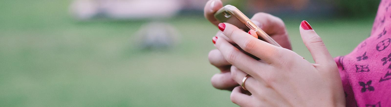 Gemeinsames Tippen auf dem Smartphone.