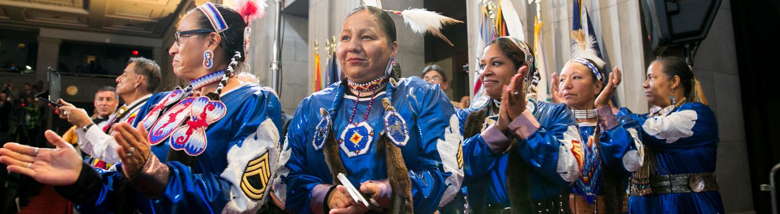 Frauen in traditioneller Kleidung auf der Tribal Nations Conference im Dezember 2014.