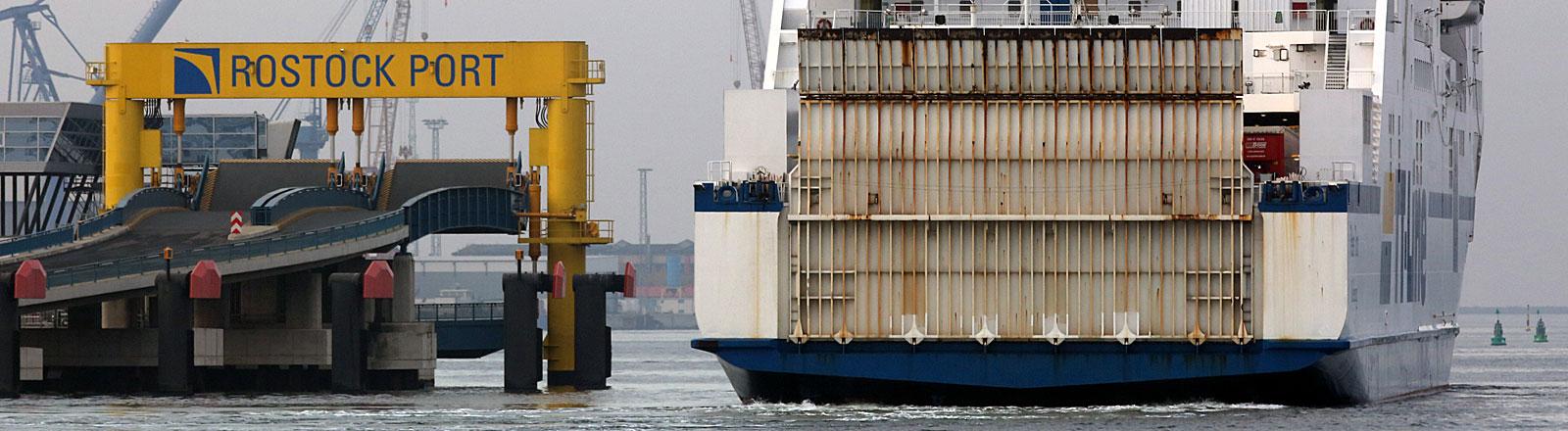 Fähre am Rostocker Hafen