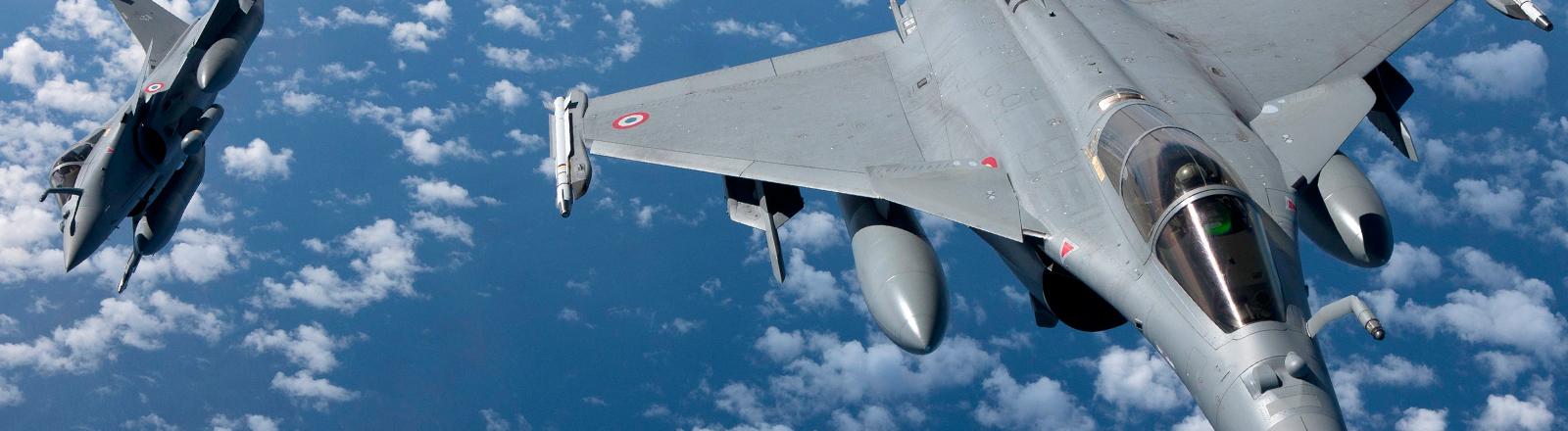 Zwei französische Rafale-Kampfflugzeuge in der Luft.