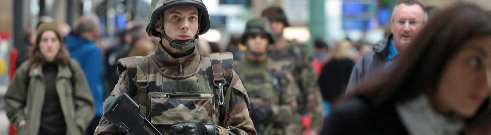 Französische Soldaten patroullieren am 18.11.2015 am Gare du Nord in Paris.