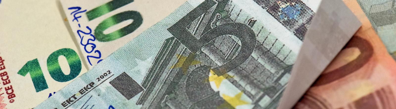 Falsche Geldscheine liegen übereinander.