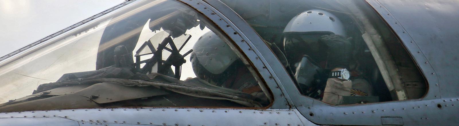 Ein russischer Pilot sitzt in seiner Sukhoi SU-24.